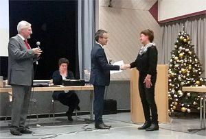 Übergabe der Ehrenurkunde durch Bürgermeister Adrian Roskoni